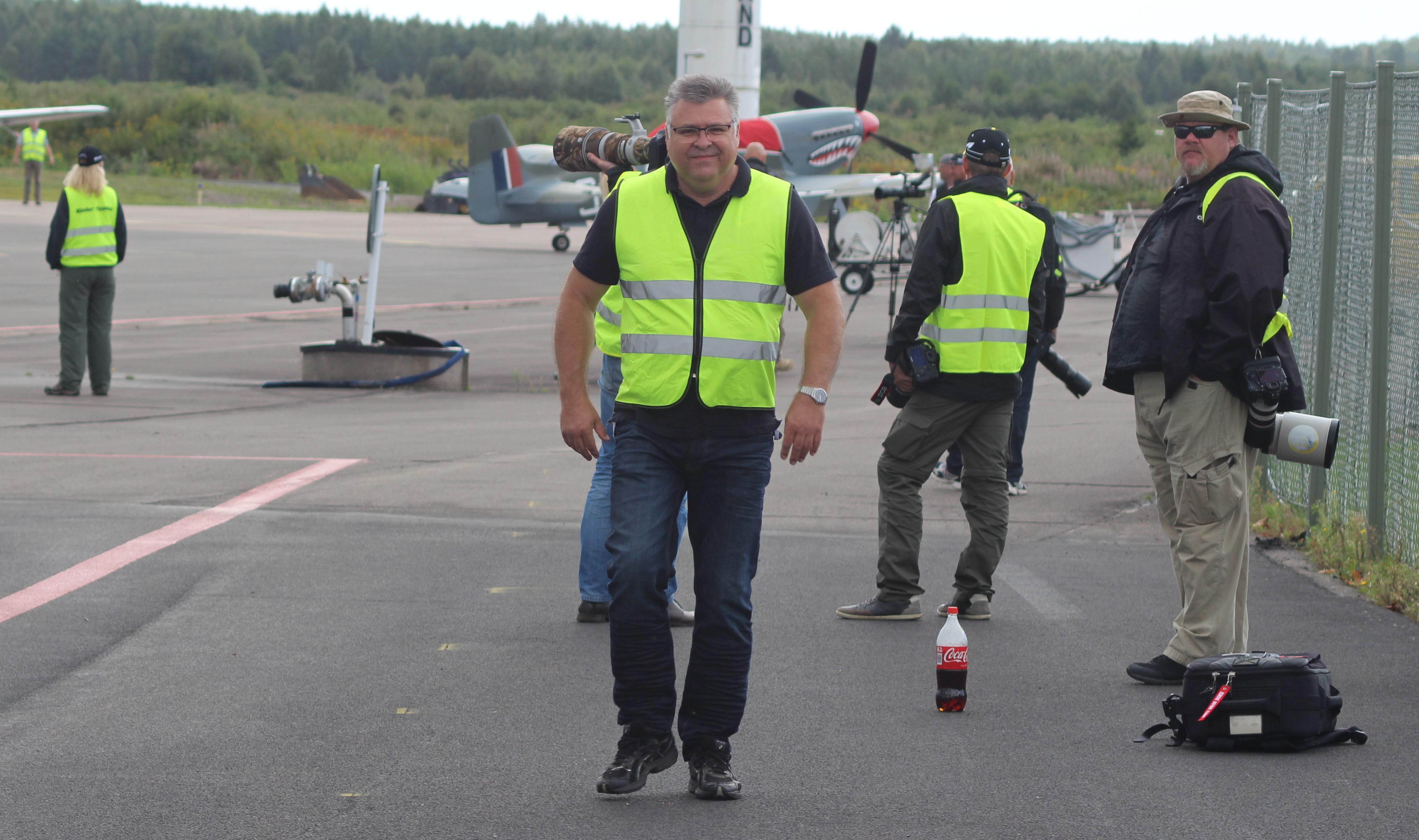 Sherffen av Skövde, även känd som sekreterare i en viss flygklubb, håller ordning på flygplan, korvnasare och planespotters.