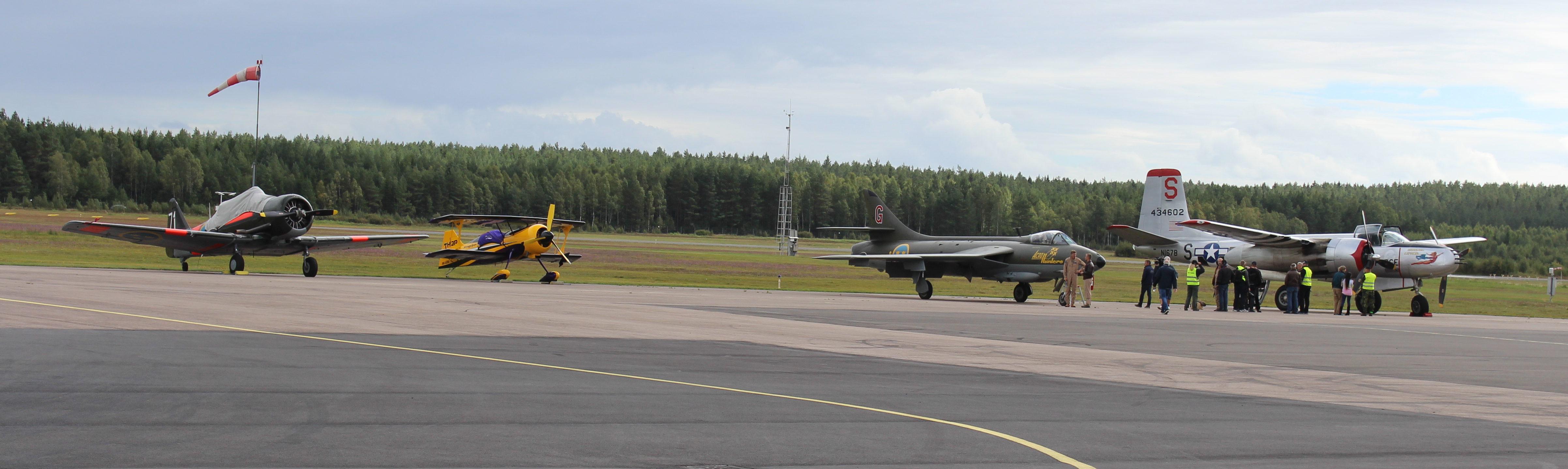 Nordic Warbirds A26 Invader (längst till höger) anlände också den i sådan fart att jag inte hann med att fota,   men efter en stund hade den lugnat sig såpass att det gick att ta en bild.