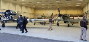 Framåt kvällen, när alla övningspass var avslutade såg det ut såhär i hangaren. En ganska   episk syn, med en T6, en Hunter, två Spitfire och en Hawker Hurricane.