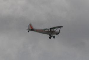 SE-GCD, Piper PA-18-150 Super Cub, har en gång tillhört Flygvapnet, drar numera segelflygplan på Ålleberg. Blir mindre suddig ju närmare man kommer.