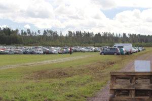 Sedär, det kom besökare i bil också! Funktionärer från SMFK rangerade i raka rader.