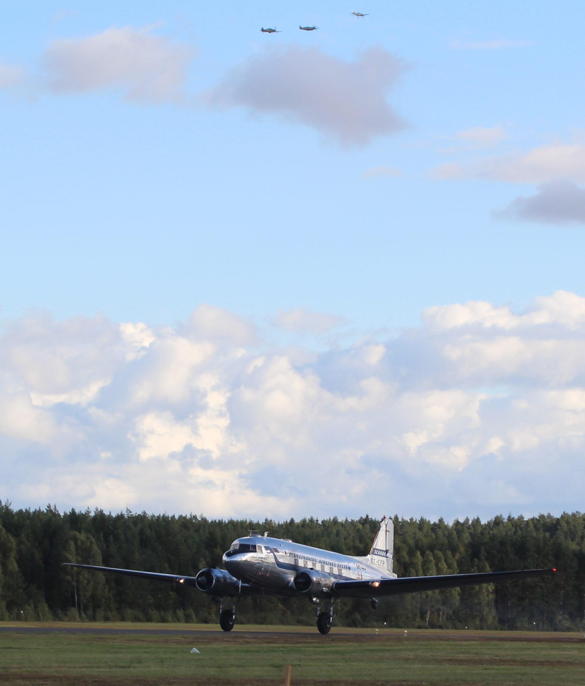 Daisy startar för att flyga hem och långt bort i fjärran är det en Chipmunk från Borås som flyger i sällskap med en Spitfire och en Hurricane.