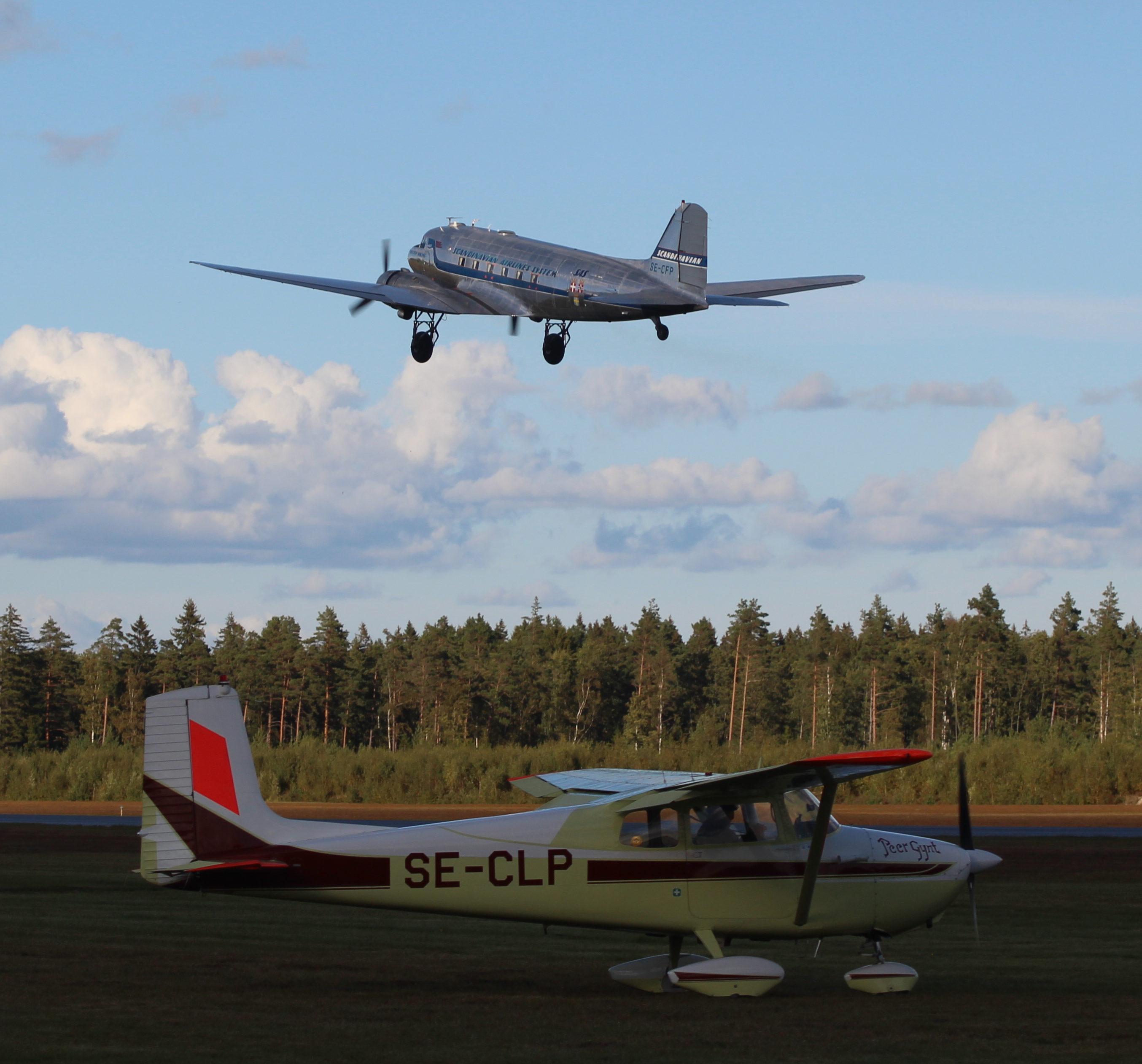 """Daisy och """"Peer Gynt"""", en synnerligen välbevarad Cessna 172 av 1959 års modell."""